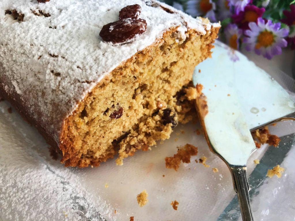 Πεντανόστιμο κολατσιό για τα παιδιά: κέικ με σταφίδες και καρύδια