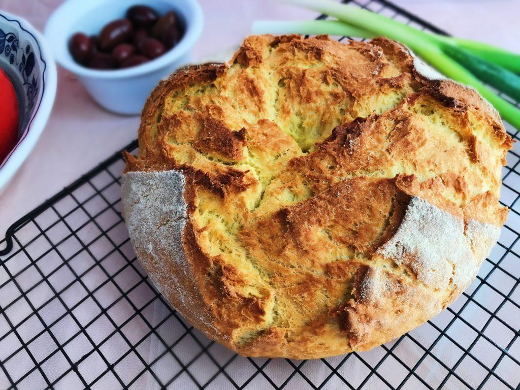 Εύκολο και πεντανόστιμο ψωμάκι χωρίς ζύμωμα